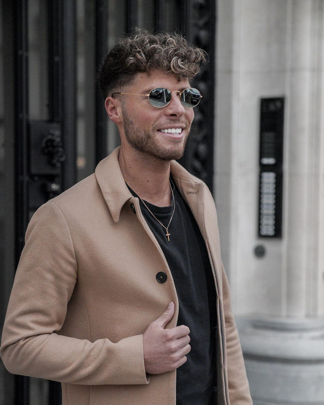 Those Ray Ban are the perfect match to my autumn outfit to enjoy the sunny days left in this end of October  @lentiamo check them them out to know when are their next fashion Fridays--------------------#fashionfridays #lentiamo #rayban #ad #mensfashion #menswithclass #menswithstyle #casualstyle #sunglasses #smile #classy