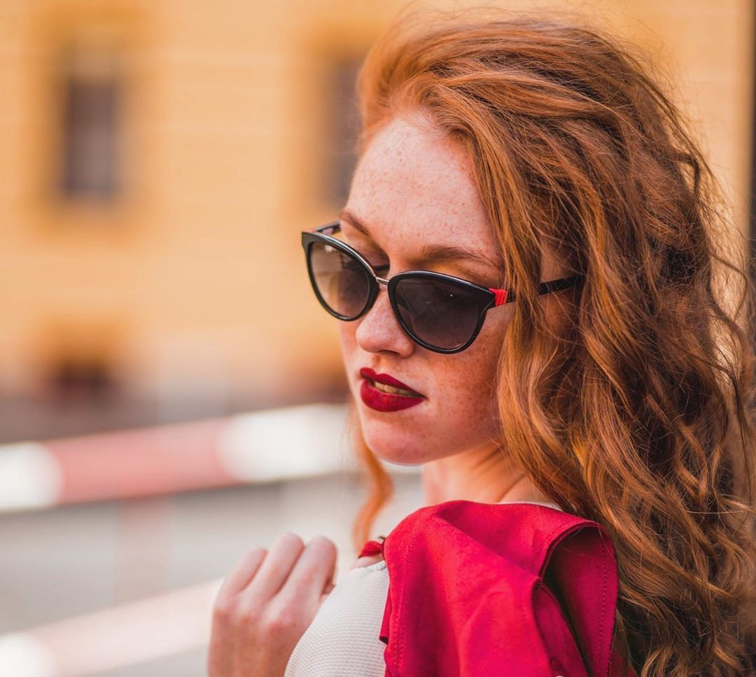 @zuzkafoti  @carolinaherrera .....#vasecocky  #carolinaherrera #carolinaherrerasunglasses #lentiamo #vasesosovky#gingerhair #redhead #redhair #freckles #photoshoot #redlips #redlipstick #curlyhair #natural #longhair#naturalredhead #prague #photoshooting #girl #czechgirl #czechrepublic #sephora #nyx