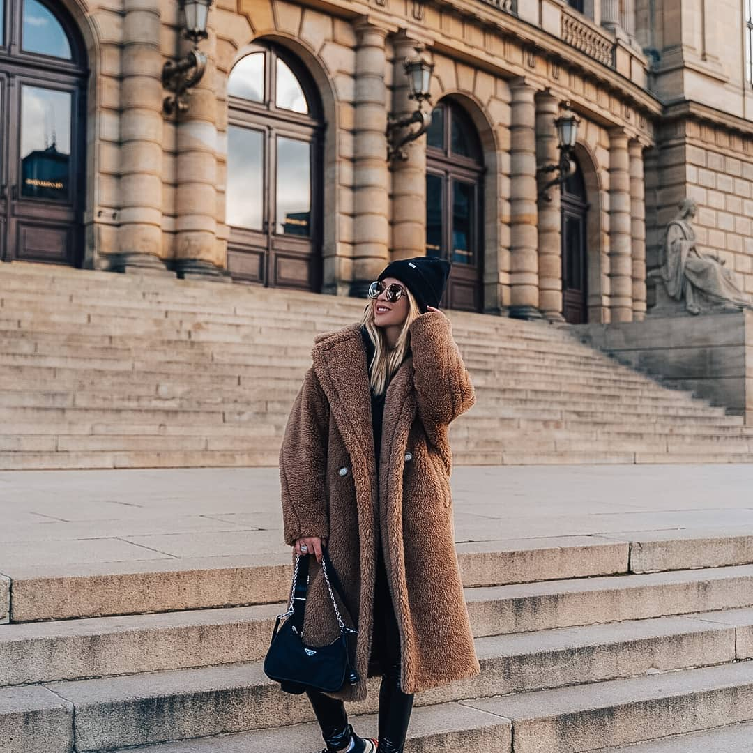 Dnešní zimní #FashionFriday s @fashioninspobyhana  . Pokud něco v zime miluju, jsou to teddy kabátky. Celá se do něj zabalím a je mi dobře, sportovní elegance je můj oblíbený styl. Tentokrat jsem sladila maxi kabát s trendy lesklými kalhoty, oblékla oversize mikinu s kapucí, přidala sportovni cepici a slunecni bryle #Fendi. Kulate bryle jsou me oblibene Za nás rozhodně skvělá volba! Co na ně říkáte Vy? . . #sunglasses #slunecnibryle #wintertime #zima #dnesnosim #vasecocky