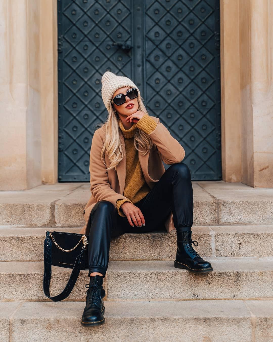 #FashionFriday s @wnb_mischa . A teď upřímně, kdo si v zimě s chutí oblékne studené a tvrdé džíny? Koženkové kalhoty nebo legíny jsou super zimní alternativou! Je v nich teplo a mají v sobě kus punku. Punkové kalhoty @wnb_mischa doplnila ještě punkovnějšími boty a svetr s kabátem v různých odstínech béžové, která je tenhle rok trendy.  Skvostem jednoduchého outfitu jsou doplňky v podobě kabelky a luxusních brýlí #ChristianDior, bez kterých nemůže příští rok existovat! . . . . . #vasecocky #slunecnibryle #sunglasses #dnesnosim