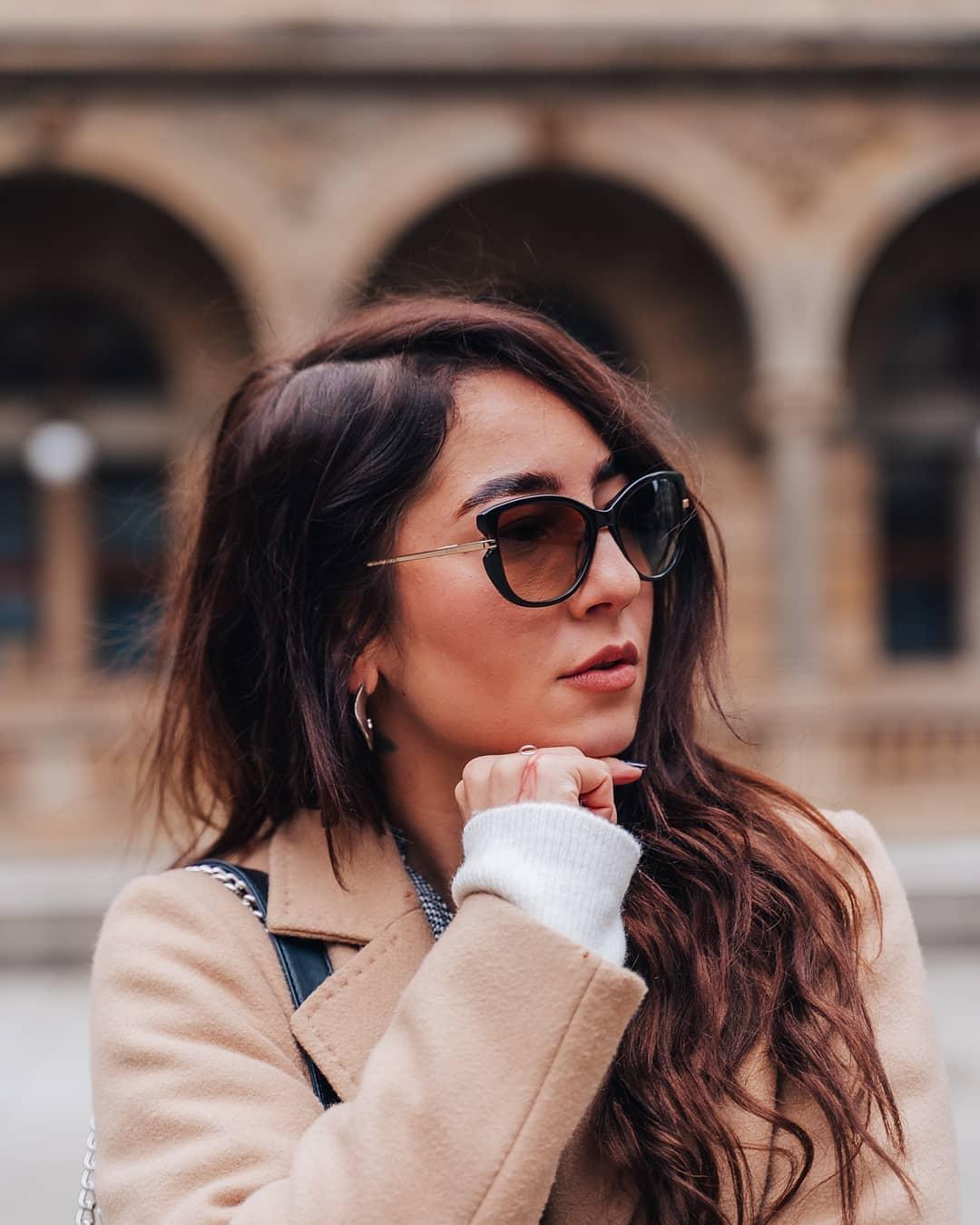 #fashionfriday  V tomto outfitu vsadila @dominikalukasova na kombinaci jednoduchých střihů a zajímavých detailů. Delší koženkovou sukni doplnila černobílou košilí, béžovým kabátem toho nejklasičtějšího střihu a kabelkou s mramorovým vzorem. Na našich brýlích značky #Elle ji zaujal kromě lichotivého tvaru i detail přidělání nožičky, který skvěle vynikne ze všech úhlů . . . #vasecocky #slunecnibryle #sunglasses #dnesnosim