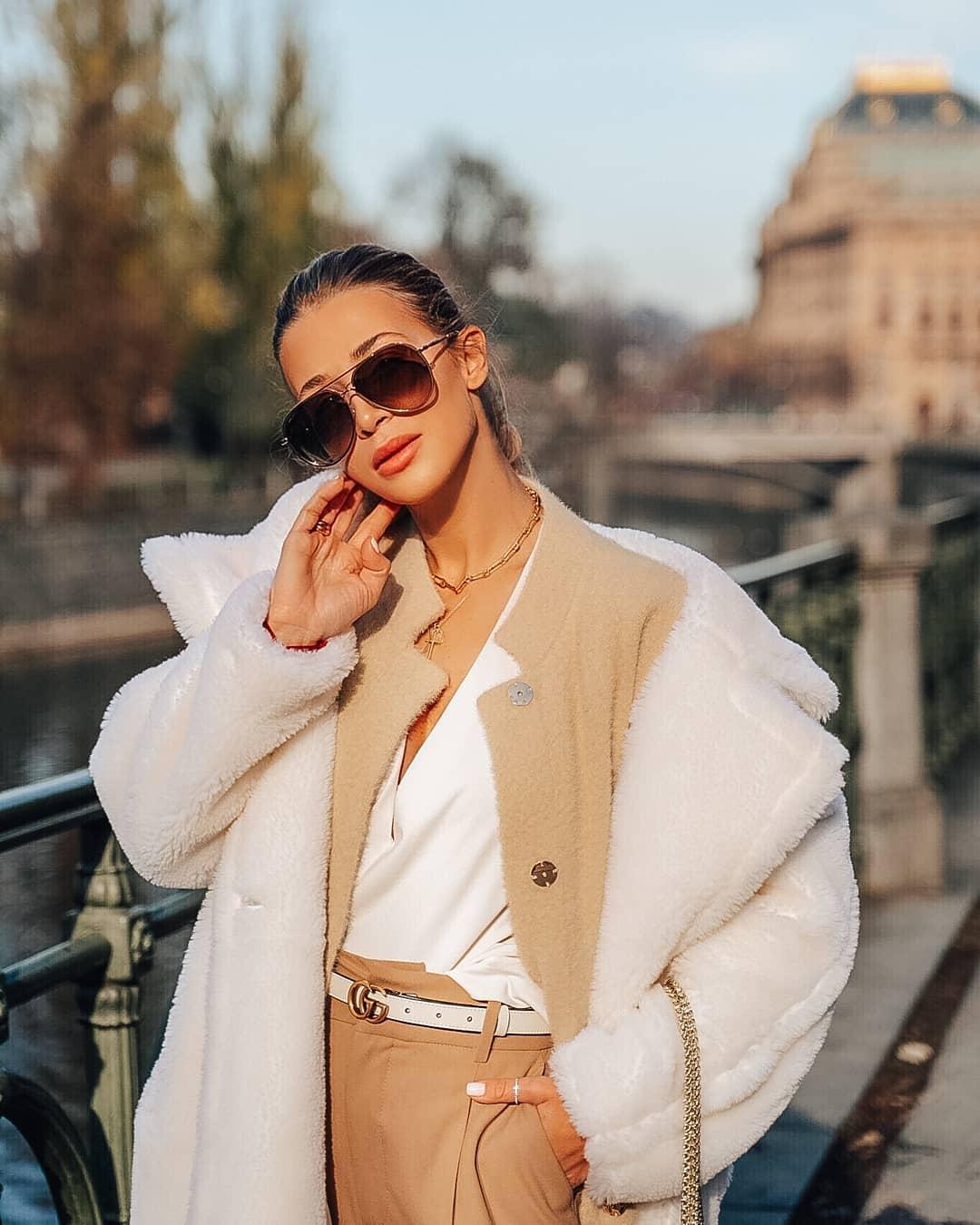 Dnešní #FashionFriday je pod taktovkou @fashioninspobyhana ioninspobyhana Miluje všechny odstíny béžové, hnědé a krémové a jakmile se venku ochladí vytahuje svůj nejdelší a nejteplejší kabát jako udělala i teď. Protože je ta největší milovnice slunečních brýlí a nosí je i v zimě, jsou pro ni stejně stylovým doplňkem jako kabelka. No a tyto zlaté #JimmyChoo s kamínky byly pro ni k tomuto outfitu jednoznačnou volbou Za nás rozhodně skvělý výběr, co na to říkáte? . . #slunecnibryle #sunglasses #dnesnosim #ootd #vasecocky