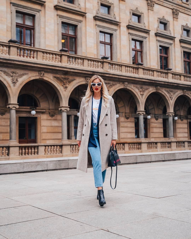 Máme tu další #fashionfriday a dnes nám svůj outfit  představí @wnb_mischa  Jak sama říká, řešila, jak zkombinovat blogerskou akci, školu, schůzku, focení a nákupy. Řešením jsou jednoduché rovné/nadčasové střihy, základní barevné kombinace a důraz na doplňky K dobře padnoucím džínám zvolila volné tričko a outfit se stal, díky nízkým(nositelným!) podpatkům a tmavému saku, elegantnějším. Přihodila oblíbený světlý kabát, kabelku, červenou rtěnku a výrazné #Moschino brýle, které svým tvarem a barvou tvoří onu pomyslnou třešničku na dortu!  Za nás ideální kombinace, co na to říkáte? . . . . . #dnesnosim  #vasecocky #ootd #slunecnibryle #sunglasses