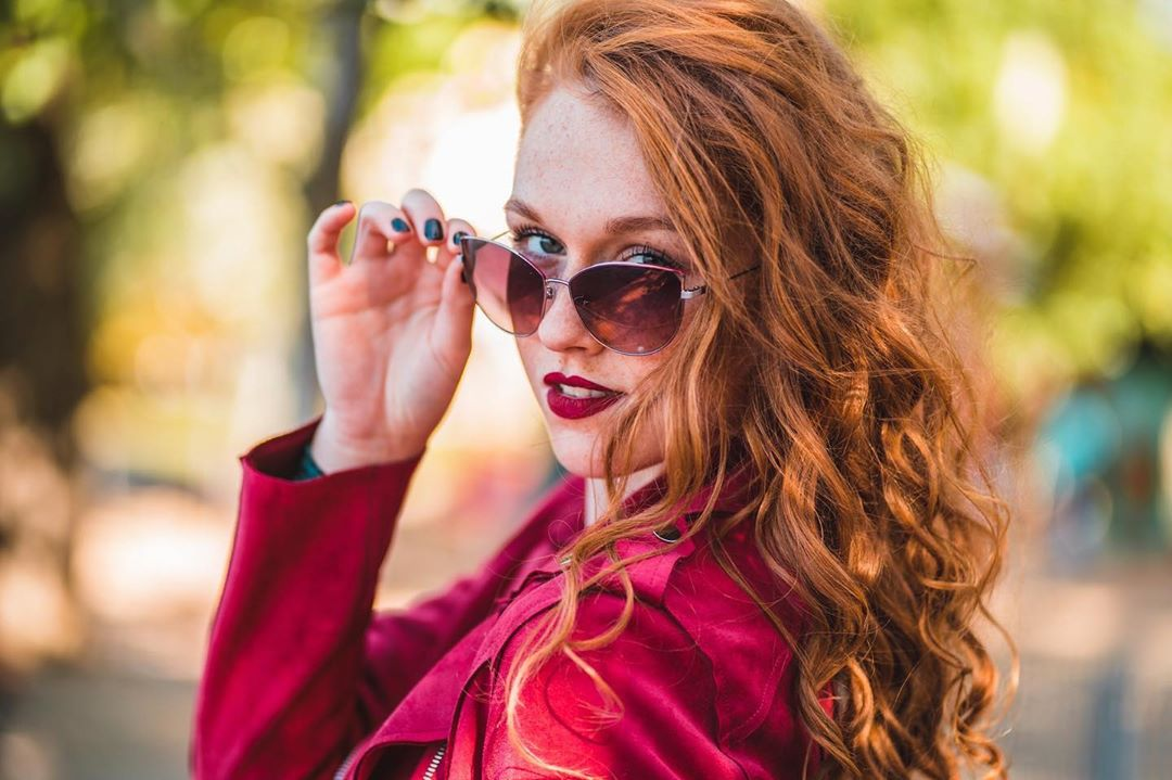 Barevný podzim   @zuzkafoti !️ . . . . .  #vasecocky  #lentiamo #vasesosovky #carolinaherrera #carolinaherrerasunglasses  #gingerhair #redhead #redhair #freckles #photoshoot #redlips #redlipstick #curlyhair #natural #longhair#naturalredhead #prague #photoshooting #girl #czechgirl #czechrepublic #sephora #nyx @ Prague, Czech Republic