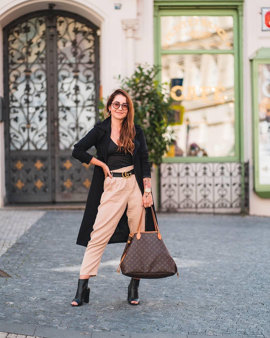Máme tu další pátek a s ním už čtvrtý #fashionfriday s @dominikalukasova! Dominika si tentokrát vybrala jednoduché a přece výrazné sluneční brýle #Dior a zvolila k nim outfit, který ji podle jejích slov dokonale vystihuje. Pohodlné volné kalhoty s vysokým pasem, černý top s kabátem, který zahřeje i během chladných rán a boty s otevřenou špičkou, kterých se jí nechce vzdávat, přestože počasí už jim moc nepřeje.  PS: Tramvaje se v nich ale prý dobíhají špatně - proto má taky tak velkou kabelku, musejí se do ní vejít tenisky pro všechny případy.  . Tak co říkáte na dnešní outfit? . . . #dnesnosim #ootd #slunecnibryle #sunglasses #vasecocky