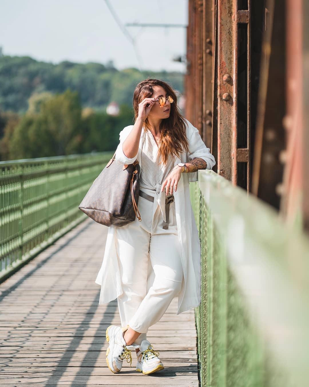 Máme tu třetí #fashionfriday s @dominikalukasova ️ Do slunečných podzimních dnů Dominika tentokrát zvolila outfit ve světlých barvách, kde si prohrála hlavně s barvou doplňků. Výrazné boty s rosegold detaily sladila s páskem, šperky a hlavně slunečnými brýlemi značky #MichaelKors, na které můžete v naší optice do zítra využít slevu 15 % (platí na sluneční i dioptrické)  . #dnesnosim #vasecocky #slunecnibryle #sunglasses #ootd