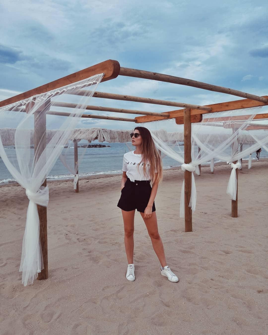 "Monica: ""Do you have a plan?"" Phoebe: ""I don't even have a pla.  @silviacaravaggio grazie per questa maglietta stupenda, ily  #friendstvshow #friendstshirt #hm #rayban #raybanclubround #longhair #outfitideas #beachlife #beachstyle #slovakgirl #italiangirl #highwaistedshorts #francavillaalmare #italianblogger #influenceritalia #bloggeritalia #italianlifestyle #asos #beautybloggeritalia #lentiamo #honor10 #igersabruzzo"