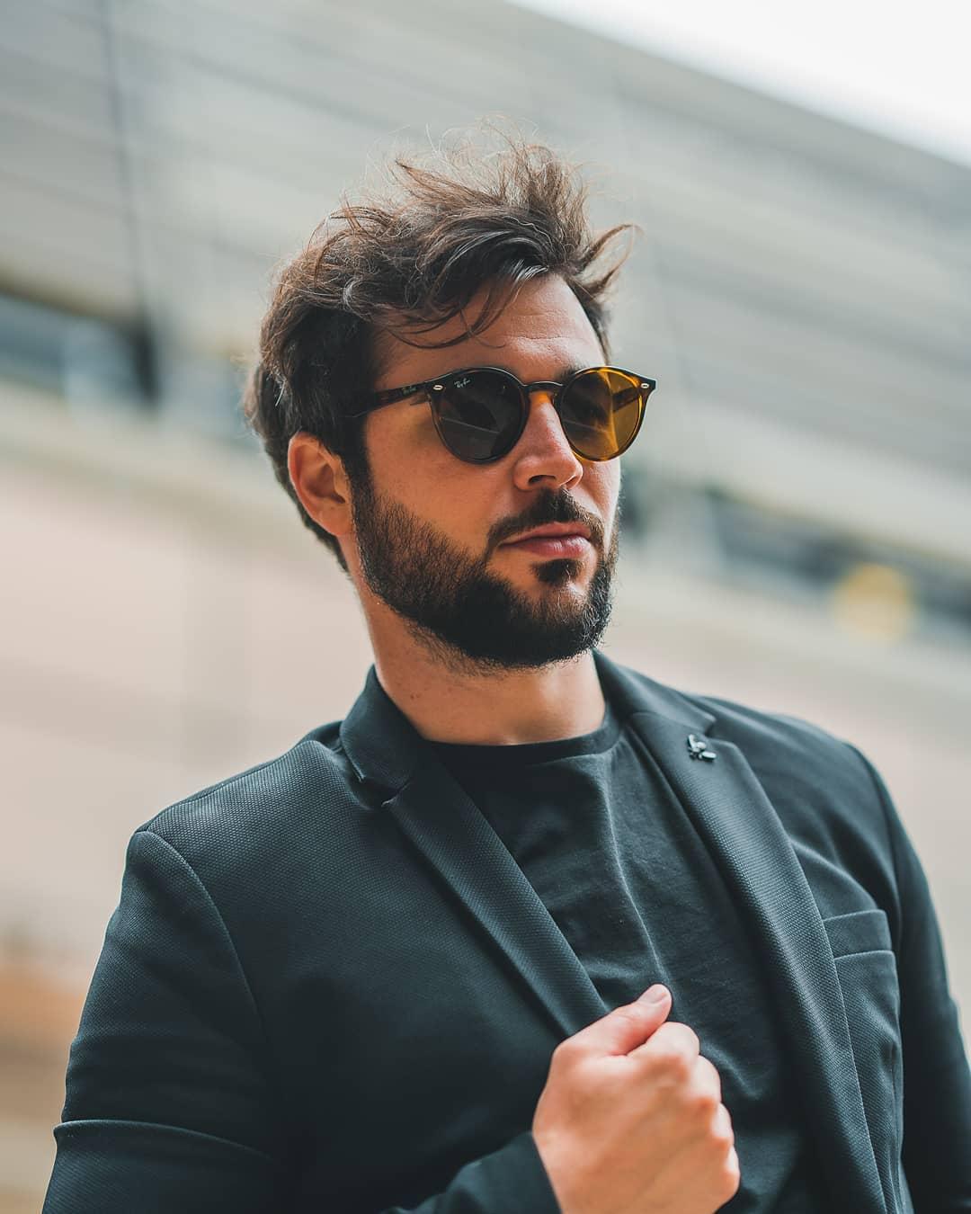 Vedeli ste, že slnečné okuliare #RayBann boli pôvodne určené pre amerických pilotov a že na ich popularite sa výrazne zaslúžili filmy Top Gun a Matrix? . Dnes patria medzi jedny z najobľúbenejších značiek a kdo ich nemá, akoby ani nebol. . #vasesosovky #slnecneokuliare #leto #dnesnosim #sunglasses