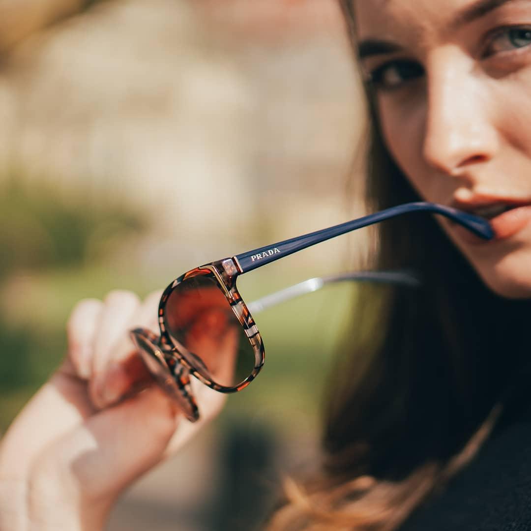 Vylepšite svoj outfit luxusným a krásnym modelom slnečných okuliarov #prada . #vasesosovky #slunecneokuliare #sunglasses #dnesnosim #leto