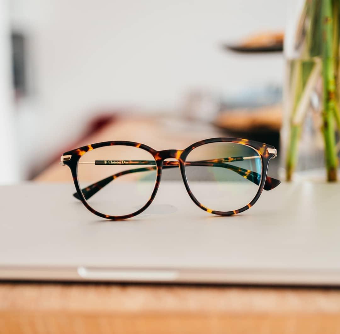 Znáte pojem haute-couture?  U nás najdete originální brýle prestižní značky #Dior za skvělou cenu a ještě Vám k nim dáme poštovní zdarma . . . . . #vasecocky #dioptrickebryle #optika #dioptricglasses #eyeglasses #eyeweartrends #eyewearlover #eyewearinspiration #eyewearfashion  #glasseslover