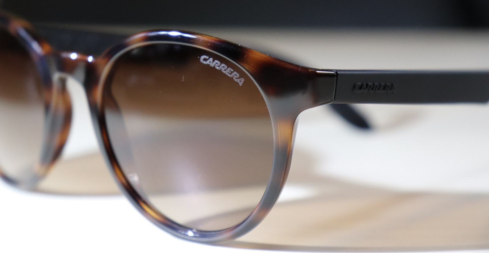 Odhaľte falošné slnečné okuliare Carrera - skontrolujte logo