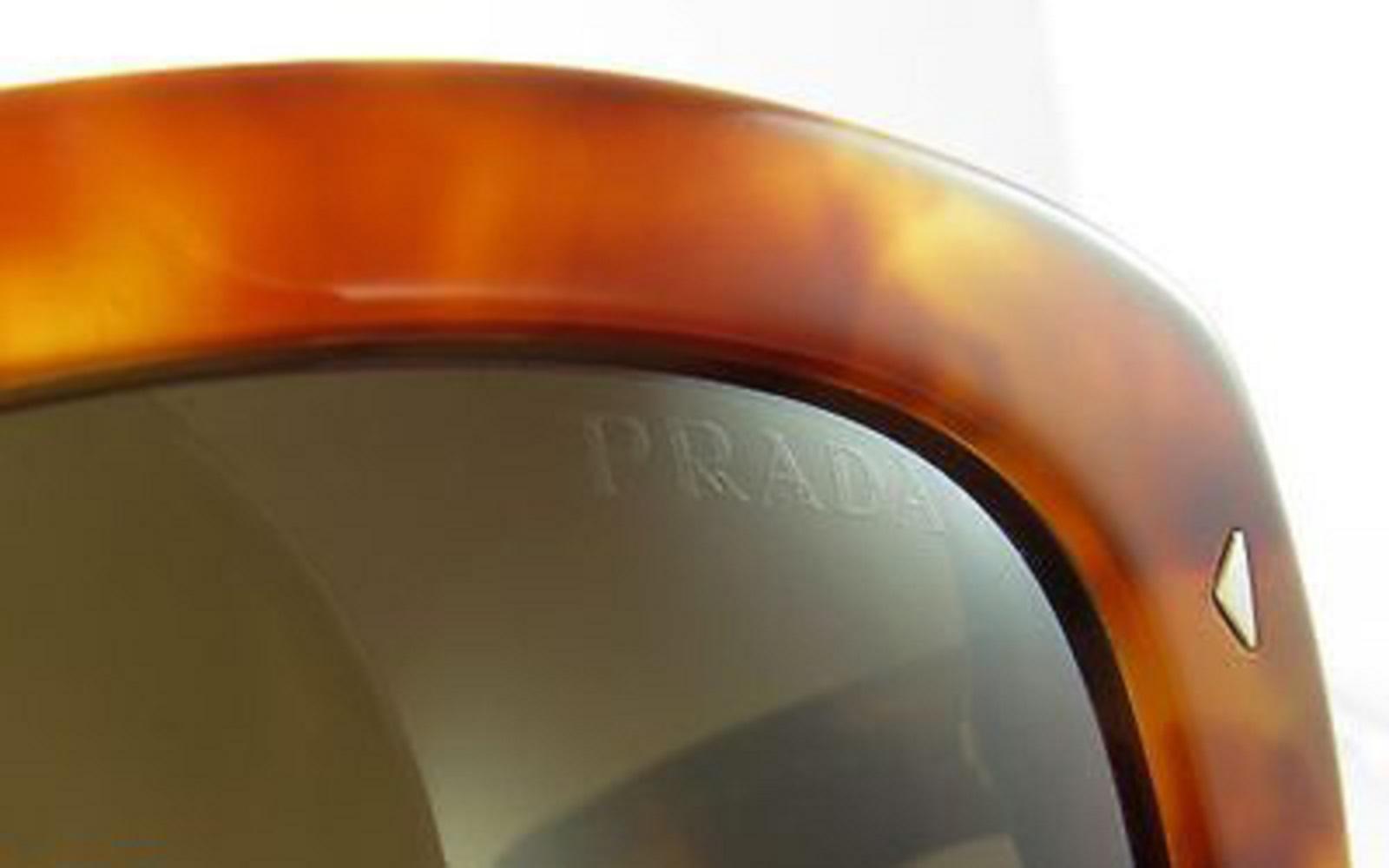 Erkennen Sie gefälschte Prada-Sonnenbrillen - überprüfen Sie die Gläser.