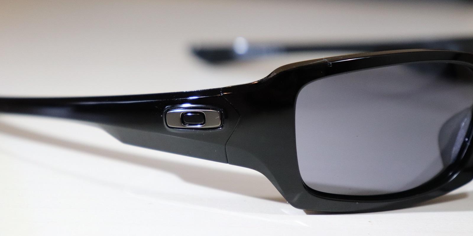 Rozpoznejte padělky slunečních brýlí Oakley – zkontrolujte obroučky